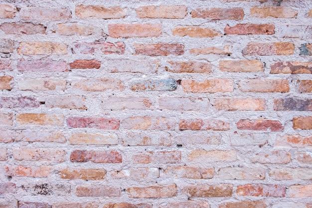 Vieux mur de briques dans l'antiquité et a été endommagé par le temps jusqu'à la chute du mortier.