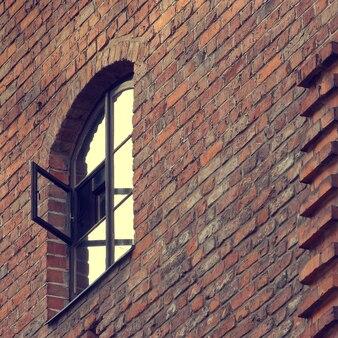 Vieux mur de briques avec fenêtre