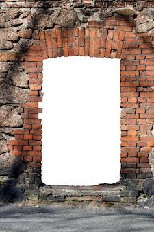 Vieux mur de briques rouges avec trou isolé sur fond blanc au milieu. photo de haute qualité