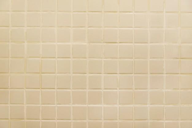 Vieux mur de carrelage beige