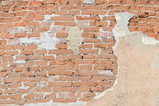 Vieux mur d'épluchage de brique rouge. vieux fond