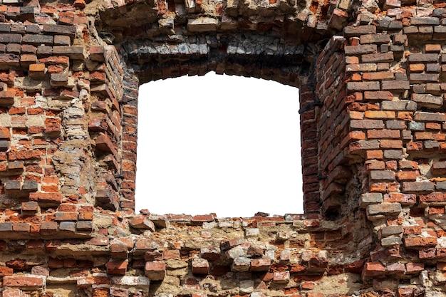 Vieux mur fait de vieilles briques avec un trou au milieu. isolé sur fond blanc. cadre grunge. cadre horizontal. photo de haute qualité