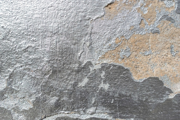 Vieux mur fissuré avec texture de peinture argentée