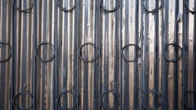 Vieux mur métallique rouillé avec des cercles