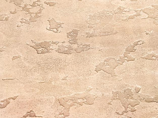 Vieux mur orange recouvert de plâtre inégal