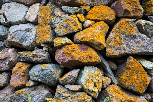 Vieux mur de pierre, mousse et moisissure sur la pierre en géorgie