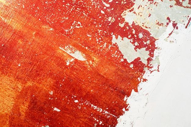 Vieux mur rouge avec du plâtre frais partiel