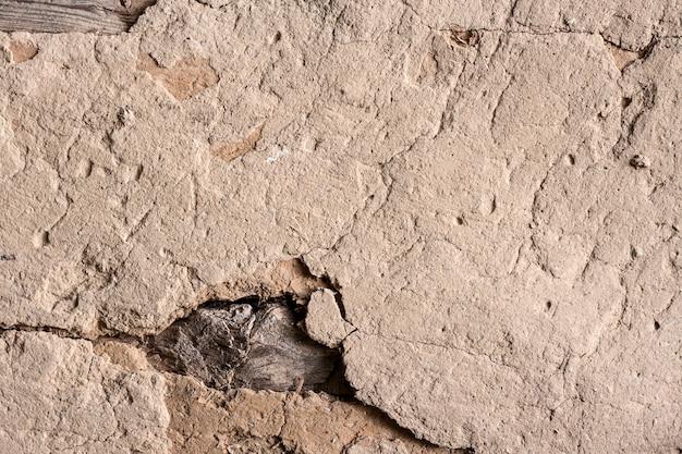 Vieux mur en torchis avec surface fissurée