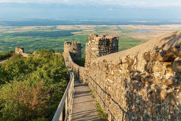 Vieux mur de la ville de pierres avec des tours autour d'une ville sighnaghi. kakhétie. géorgie. c'est la ville de l'amour en géorgie.
