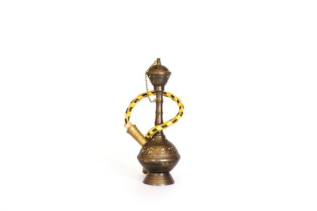 Un vieux narguilé décoratif traditionnel. isolé