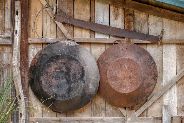 Vieux outils agricoles, accroché au mur