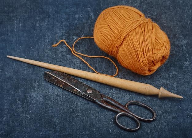 Vieux outils de couture utilisés et un écheveau de fil de laine