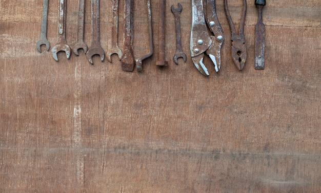 Vieux outils sur fond en bois