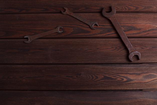 Vieux outils rouillés sur le fond en bois grunge