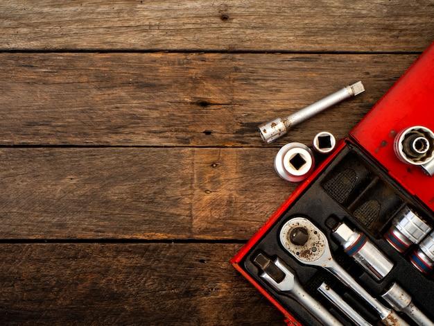 Vieux outils sur une table en bois