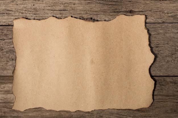 Vieux papier sur bois âgé brun
