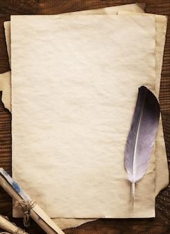 Vieux papier sur bois vieilli brun
