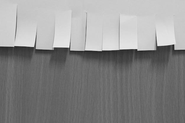 Vieux papier déchiré sur fond gris avec espace copie pour le texte