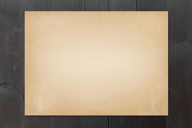 Vieux papier sur fond de bois noir