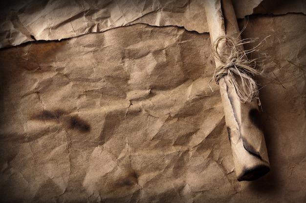 Vieux papier avec message enroulé