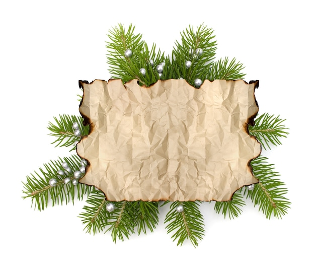 Vieux papier parchemin avec copie espace sur fond de branche d'arbre de noël isolé