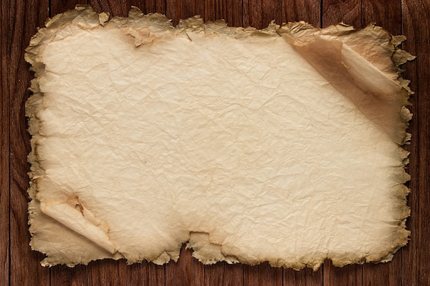 Vieux papier sur la texture du bois brun avec des motifs naturels