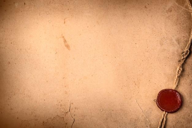 Vieux papier vierge avec sceau de cire et corde