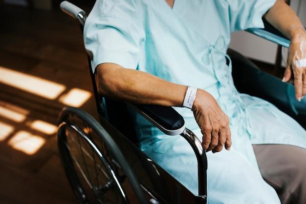 Un vieux patient dans un hôpital