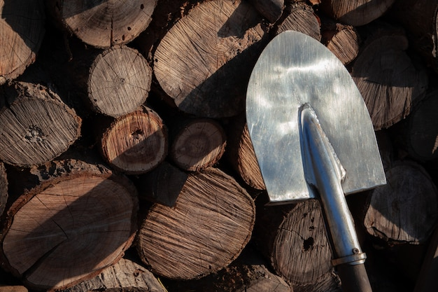 Vieux pelle rouillée soutenir contre le vieux mur en bois, texture en bois