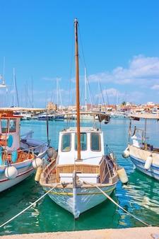 Vieux petit bateau de pêche avec mât dans le port d'égine, îles saroniques, grèce