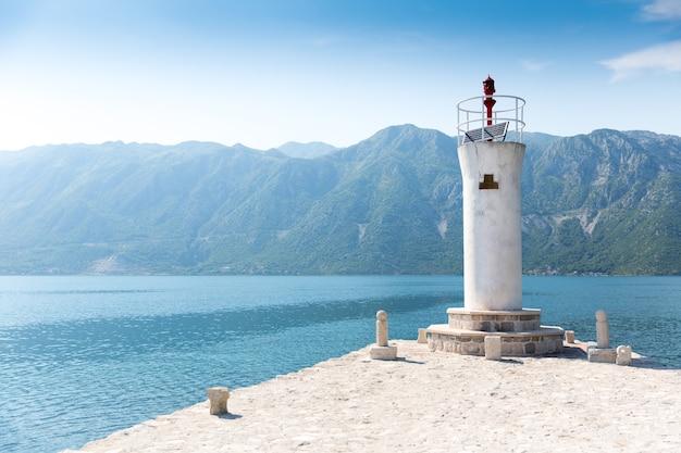 Vieux phare sur l'île dans la mer
