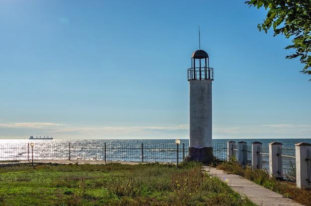 Vieux phare karabush dans le village de villégiature de morskoe près d'odessa, ukraine, par une journée de printemps ensoleillée