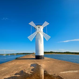 Vieux phare à swinoujscie, un port en pologne sur la mer baltique