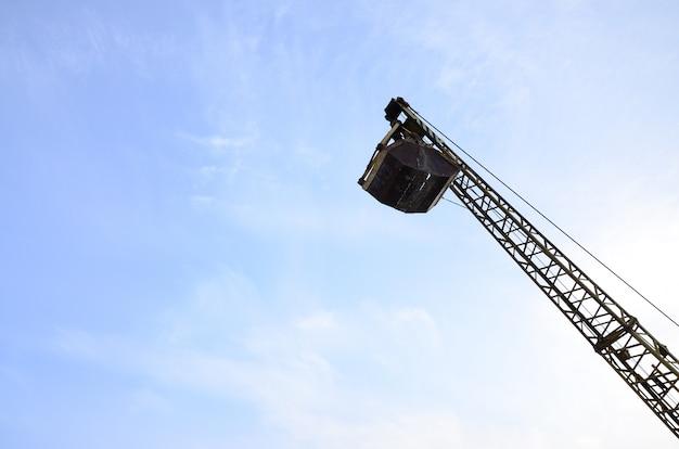Vieux pince mécanique jaune à clapet sur ciel bleu