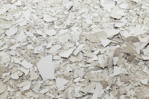 Vieux plâtre et mastic comme des ordures, après réparations et construction