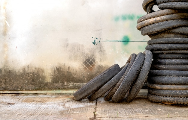 Vieux pneu de moto avec flou artistique et lumière en arrière-plan