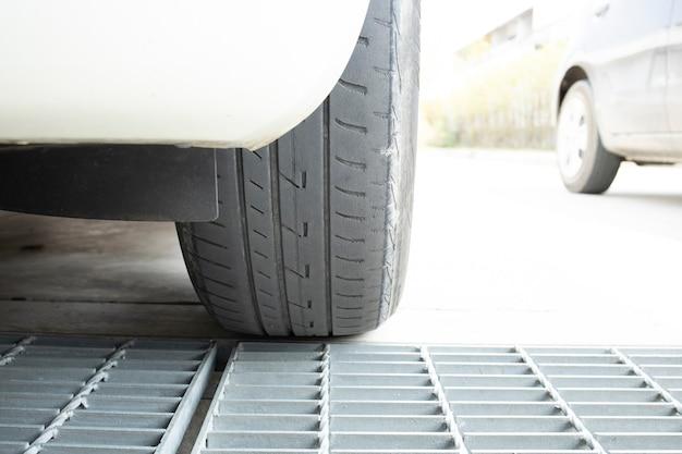 Vieux pneu voiture cassé utilisé dangereux