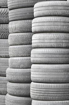 Vieux pneus usés empilés