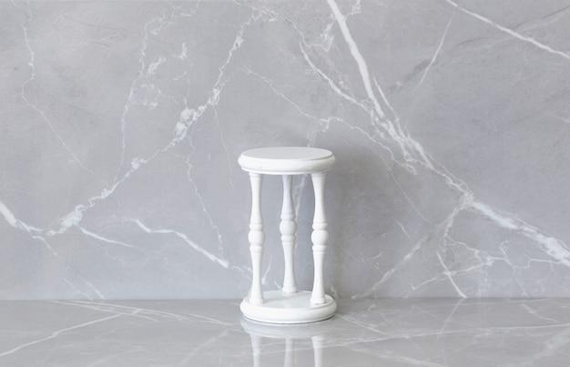 Vieux podiun vintage blanc sur fond de marbre gris