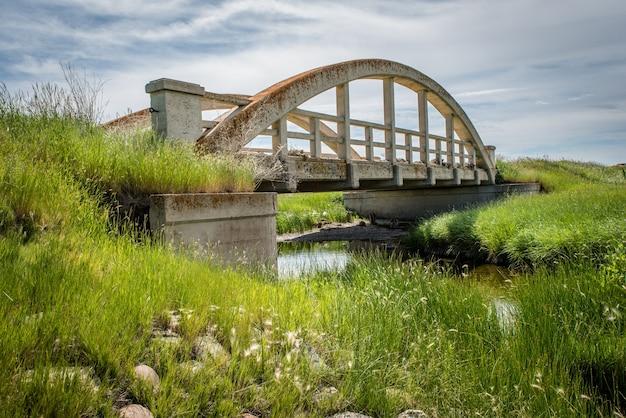 Le vieux pont de béton à cadillac sk canada avec de l'herbe verte en premier plan