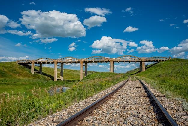 Le vieux pont en béton de scotsguard, en saskatchewan, avec des voies de chemin de fer en dessous