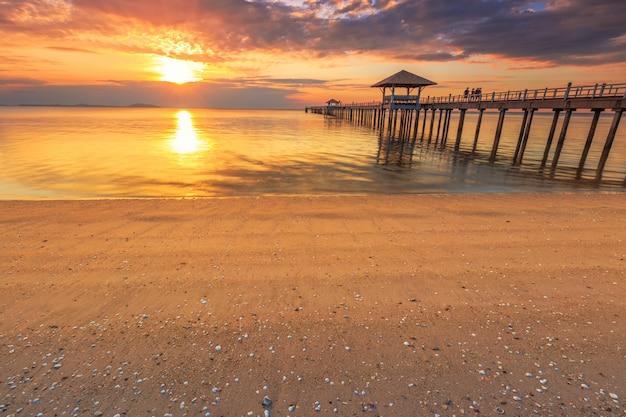 Vieux pont en bois contre le magnifique ciel coucher de soleil à utiliser pour le fond naturel