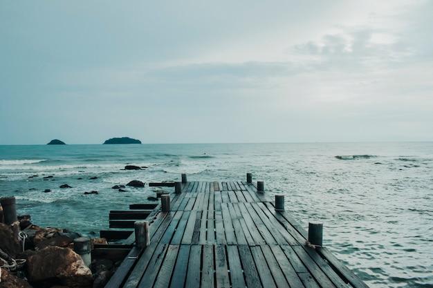 Vieux pont de bois dans la mer