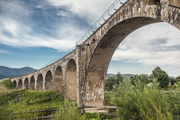 Vieux pont de chemin de fer sur fond de ciel bleu