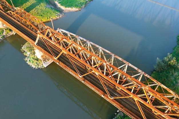 Vieux pont de chemin de fer sur la rivière odra, pologne