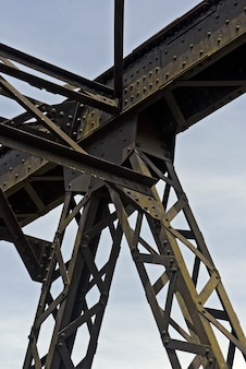 Vieux pont de chemin de fer, avec treillis de fer, dans la campagne de l'état de sao paulo, brésil