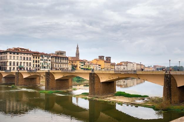 Vieux pont sur le fleuve arno à florence.vue de la ville en toscane, italie.