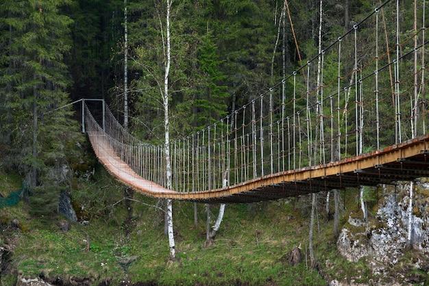 Vieux pont suspendu sur la rivière