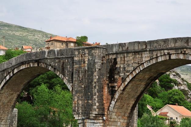 Le vieux pont à trebinje, bosnie-herzégovine
