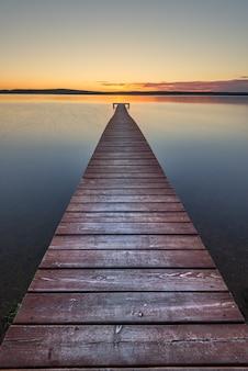 Vieux ponton en bois au coucher du soleil